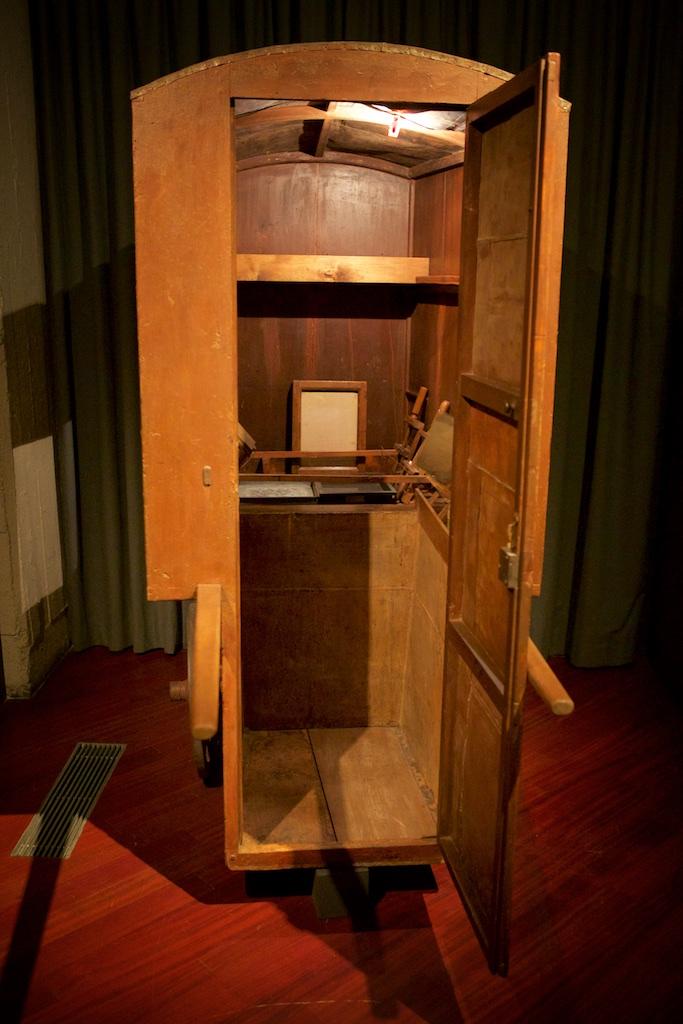 А это будка для приготовления жидкого коллоида прямо на съемочной площадке